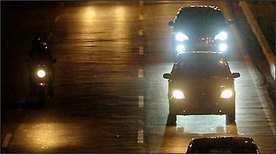Identificadas pela coloração azulada, as luzes de xenônio adaptadas em faróis comuns causam ofuscamento nos condutores dos demais veículos - Jackson Romanelli/EM/D.A Press - 21/1/09