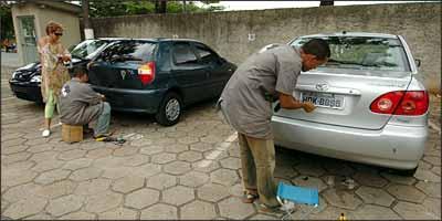 Procedimento de coloca��o das placas e selagem � r�pido e pode ser acompanhado pelo dono do ve�culo (Beto Novaes/EM/D.A Press - 5/12/05)