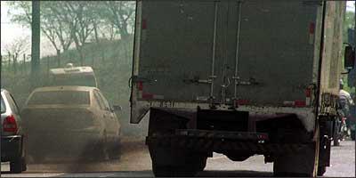 Controle de emissões deve acabar com este cenário tão comum nas ruas da capital - Beto Novaes/EM/D.A Press - 22/9/05
