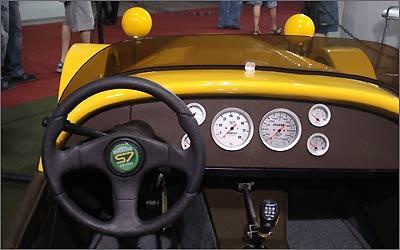 A sua frente o motorista tem uma instrumentação completa e toda a estrada pela frente -
