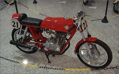 Essa Ducati Monza 175 de 1968 exibe as formas esguias características da marca - Julio Cabral/Portal Uai