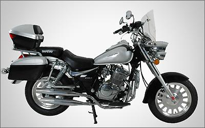O motor de dois cilindros paralelo gira redondo e emite um ronco agradável -