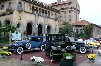 A imponência dos Cadillac V8 1916 (C) e V12 1937 (D), do Packard Dietrich 1933 e do Grand Hotel -