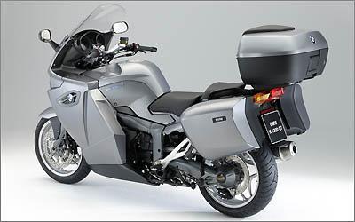 A K 1300 GT Exclusive Edition vem com um baú central com chave e capacidade para 49 litros, na cor da moto; ele também sereve como apoio para o carona -