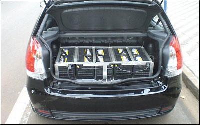 As 25 baterias de chumbo praticamente roubaram todo o espa�o no porta-malas do Palio -