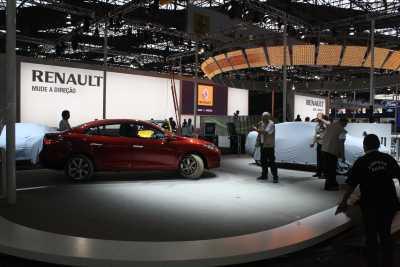 Renault Fluence é manobrado no estande antes de ser preparado para a abertura do salão -