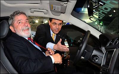 Lula conhece o interior do Ford Fusion Híbrido que servirá à presidência -