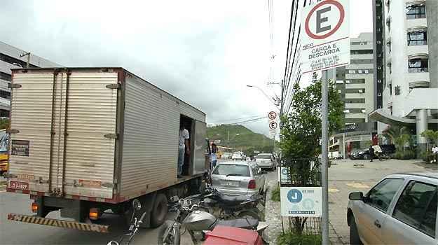 Ve�culo deve estacionar durante o tempo estritamente necess�rio � opera��o (Juarez Rodrigues/EM/DA PRESS)