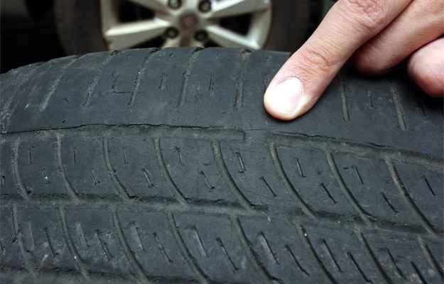 Pressão baixa provoca desgaste excessivo nas laterais dos pneus de seu veículo (Jair Amaral/EM/D.A Press)