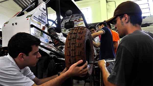 Estudantes do Cefet usam baja construído para etapa nacional, em março (Tulio Santos/EM/D.A PRESS)