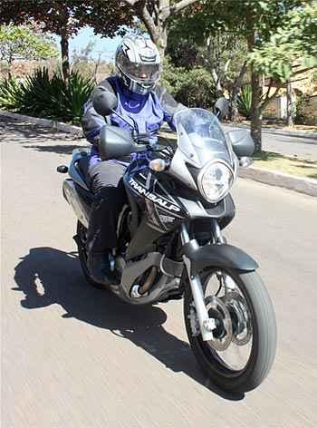 O farol arredondado, como nas motos  dos anos 1970, � destaque no visual  (Marlos Ney Vidal/EM/D.A Press)