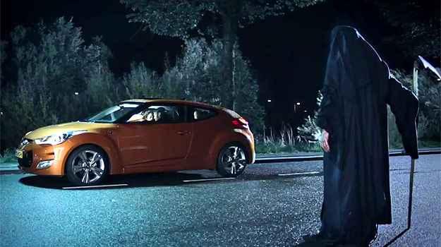 Será que a morte vai pegar carona no carro? (Reprodução/YouTube)