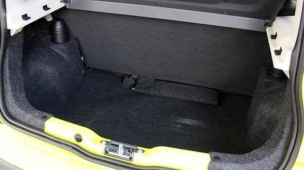 Assim como em outros hatches, o espa�o no porta-malas � limitado (Marlos Ney Vidal/EM/D. A Press)