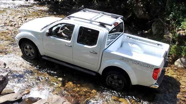 Com boa altura do solo, a Frontier cruza riachos com facilidade - Fotos: Nissan/Divulga��o