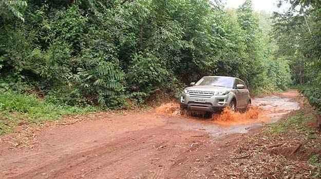 Um leg�timo Land Rover n�o decepciona em terrenos acidentados  - Pedro Cerqueira/EMDAPress