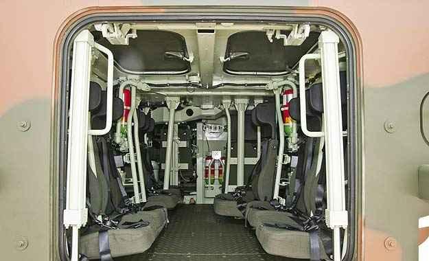 Porta traseira basculante dá acesso ao interior amplo; o motor fica na frente (Iveco/Divulgação)