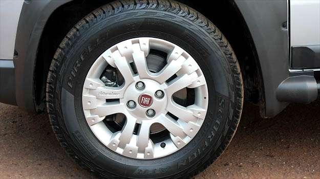 Rodas de liga leve aro 15 são de série. A partir da versão 2013, há opção de rodas de 16 polegadas - Marcello Oliveira/EM/D.A PRESS
