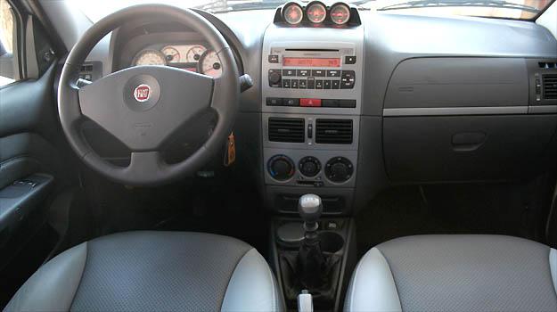 Sistema de som e revestimentos dos bancos e volante em couro s�o opcionais. Principais comandos est�o ao alcance do condutor (Marlos Ney Vidal/EM/D.A PRESS)