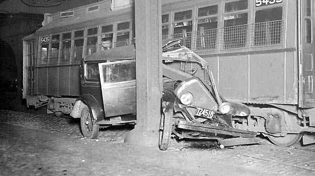 Em 1932, este carro levou a pior ao 'dividir' a via com um bonde elétrico -