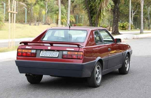 Traseira tem lanternas do antigo VW Gol e spoiler, que dá um toque de esportividade  - Marlos Ney Vidal/EM/D.A. Press
