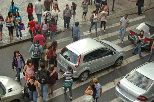 A maioria ainda ignora os princípios básicos de civilidade e tumultua a circulação de veículos (Estado de Minas)