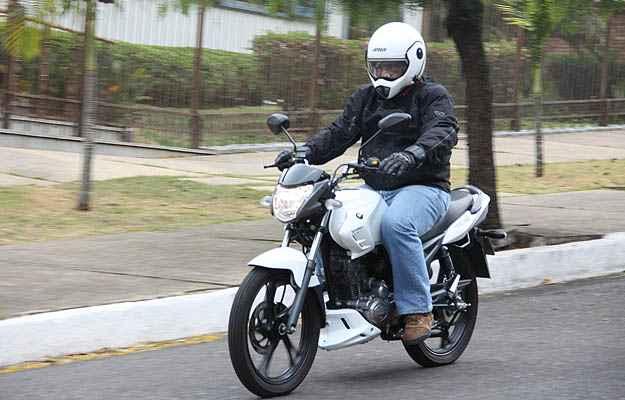 Equipada com rodas de liga leve, painel completo, freio a disco na roda dianteira e visual atualizado, motocicleta chega para brigar no segmento nacional mais concorrido  (Marlos Ney Vidal/EM)