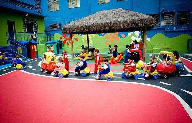 Com o uso de triciclos de plástico, a escola infantil Lúcia Casa Santa proporciona aos pequenos alunos os primeiros contatos com as regras e sinalização de trânsito, enquanto os mais velhos têm aulas na rua (Juliana Gonzaga/Lúcia Santa Casa/Divulgação)