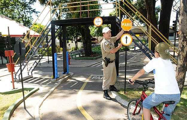 Na Transitolândia o policial orienta as crianças como proceder nas vias (Jair Amaral/EM/D.A.Press)