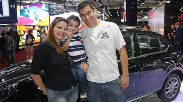 Paulo, Ana Paula e o pequeno Lucas são um dos primeiros visitantes do salão  - Marcello Oliveira/EM/D.A PRESS