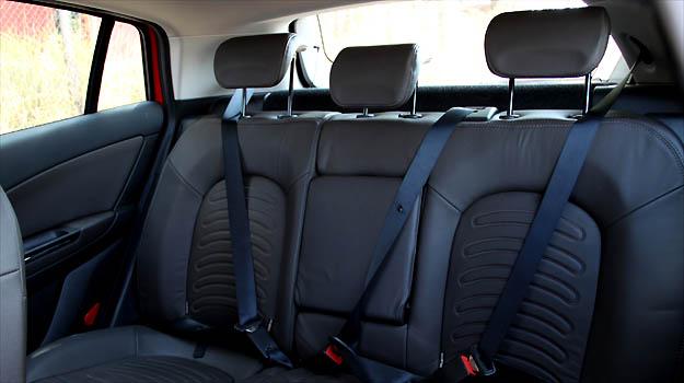 Banco traseiro tem equipamentos de seguran�a para todos os passageiros -