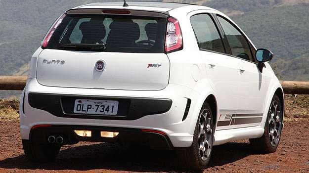 Fiat Punto T-Jet: Luz de r� ao centro e de Led nas lanternas, sa�das falsas de ar nas laterais e borracha no meio do para-choque s�o novidades - Marlos Ney Vidal/EM/D.A Press