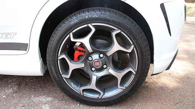 Fiat Punto T-Jet: Pin�a vermelha e pneu de perfil baixo - Marlos Ney Vidal/EM/D.A Press