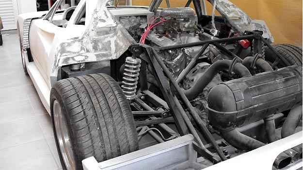 Detalhes do motor e suspens�o com o ve�culo ainda na fibra -