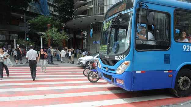 ... enquanto outros motoristas cometem o mesmo erro na avenida. (Cristina Horta/EM/D.A Press)