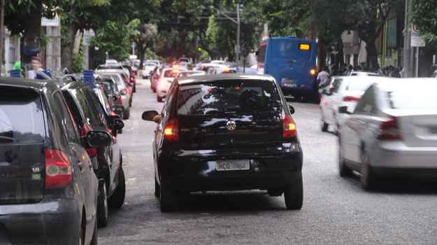 Fila dupla é recorrente em qualquer ponto da capital (Cristina Horta/EM/D.A Press)
