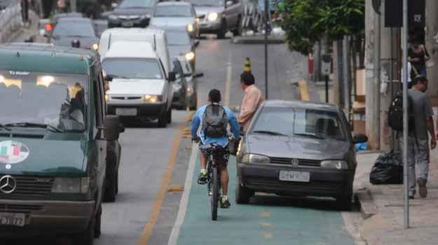 Motorista de VW Gol estaciona em ciclovia, na Rua Professor Morais (Cristina Horta/EM/D.A Press)