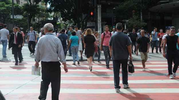 Pessoas atravessam com o sinal fechado para pedestres na Avenida Amazonas, esquina com Afonso Pena (Cristina Horta/EM/D.A Press)