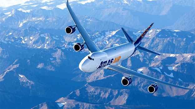 Aeroporto de Viracopos recebe maior Boeing do mundo em voo teste, o 747-8F