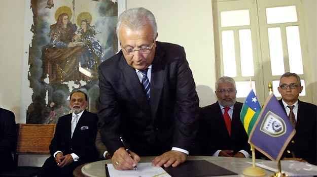Governador em exercício de Sergipe, Jackson Barreto, assina o protocolo de intenções com a Amsia Motors    (Secom/SE)