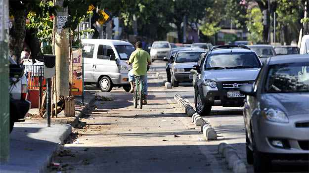 Pintura desgastada e carro barra ciclista na Avenida Américo Vespúcio - Juarez Rodrigues/EM/D.A PRESS