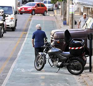 Na Rua Professor Moraes, moto e carro estacionados na ciclovia - Juarez Rodrigues/EM/D.A PRESS
