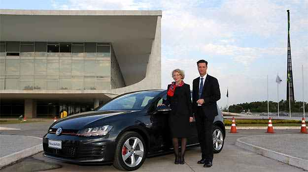 Presidente da Volkswagen do Brasil, Thomas Schmall, e a vice-presidente de Vendas & Marketing, Jutta Dierks, ao lado do Novo Golf, em frente ao Pal�cio do Planalto