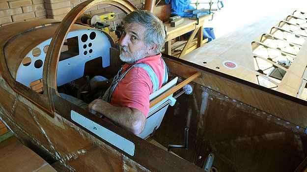 No quintal de casa, ele passa horas trabalhando na aeronave (Marcelo Ferreira/CB/D.A Press)