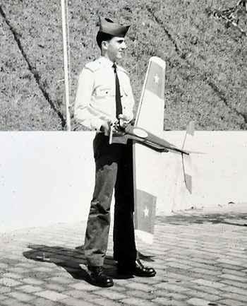 Jorge Canto com o modelo de aeromodelismo que construiu (Arquivo Pessoal)