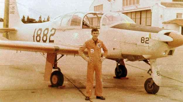 O coronel diante da aeronave que pilotava quando na ativa (Arquivo Pessoal)