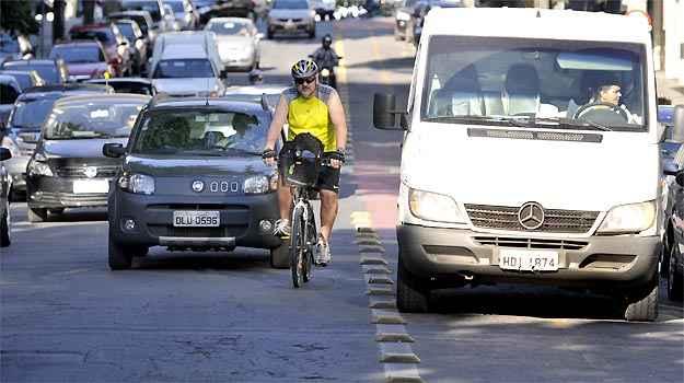 Furgão estacionado na ciclovia fazendo descarga, força o ciclista a desviar para a rua na Savassi  (Juarez Rodrigues/EM/D.A PRESS)