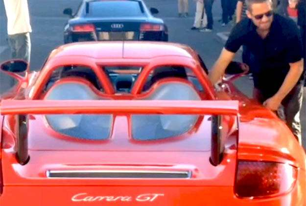 O ator Paul Walker entrando no Porsche Carrera GT que foi destru�do no acidente (enonline.com/reprodu��o da internet)