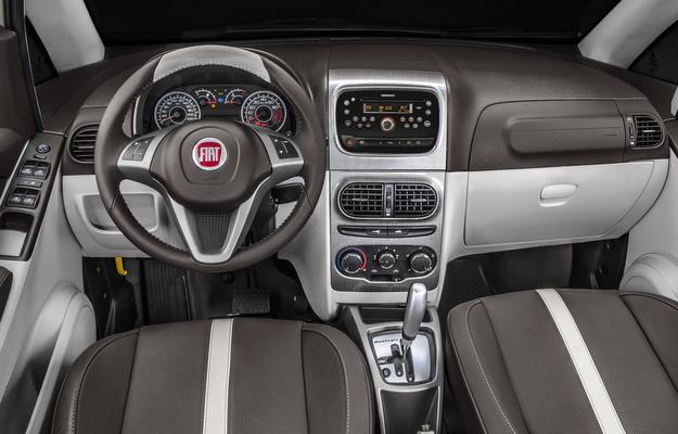 Interior possui bancos revestidos em couro marrom, paineis de portas com couro e tecido, painel de dois tons e volante de couro com comandos de r�dio - Fiat/divulga��o