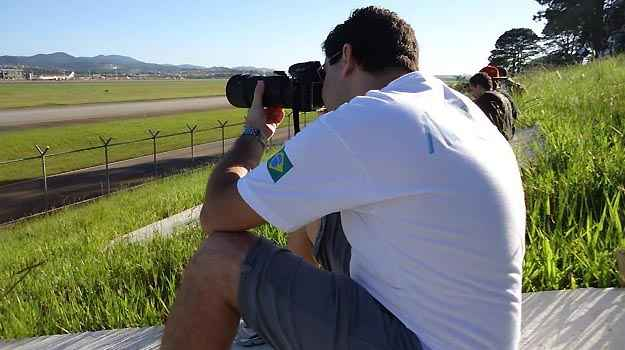 O médico Lucas se concentra em uma das fotos - Lucas Coacci/Arquivo Pessoal