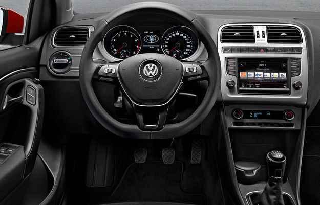 No interior, carro ganhou volante de tr�s raios, sistema multim�dia com tela sens�vel ao toque de 6,5 de polegadas, Bluetooth com audio streaming e GPS (Volkswagen/Divulga��o)